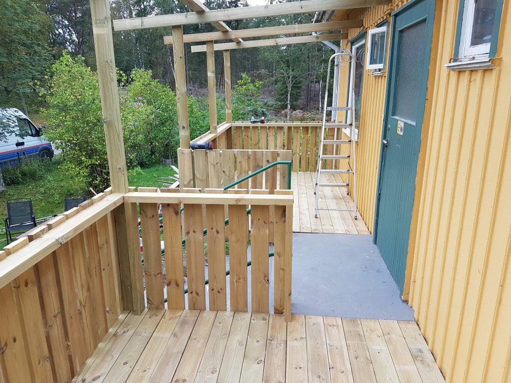 Färdigt resultat på framsidans två balkonger. En på varje sida av trappan.
